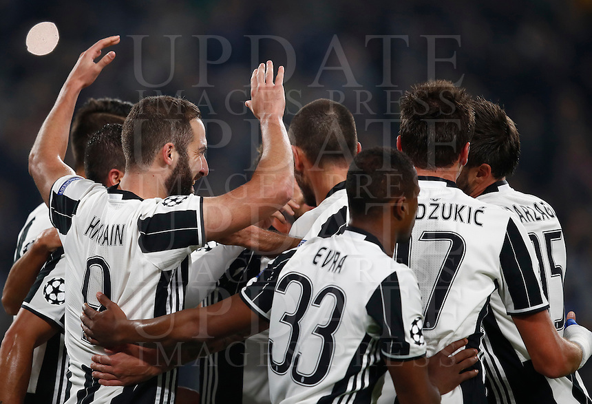Calcio, Champions League: Gruppo H, Juventus vs Lione. Torino, Juventus Stadium, 2 novembre 2016. <br /> Juventus' Gonzalo Higuain, left, celebrates with teammates after scoring on a penalty kick during the Champions League Group H football match between Juventus and Lyon at Turin's Juventus Stadium, 2 November 2016. The game ended 1-1.<br /> UPDATE IMAGES PRESS/Isabella Bonotto