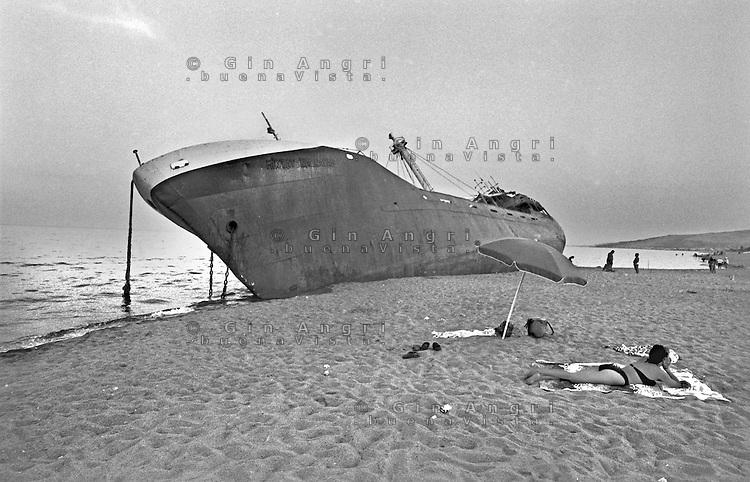 navi incagliate, navi insabbaite, navi arenate,  inquinamento marino