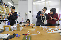 - Milano, laboratorio fablab Wemake, montaggio di una macchina per maglieria gestita dal computer autoprodotta con parti realizzate con stampanti 3D e tagliatrici laser<br />
