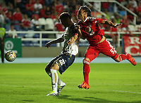CALI - COLOMBIA-04-07-2016: John Arboleda (Izq) jugador de Atlético FC disputa el balón con Ernesto Farias (Der) jugador de América de Cali por la fecha 1 de vuelta del Torneo Aguila 2016 jugado en el estadio Pacual Guerrero de la ciudad de Cali./ John Arboleda (L) player of Atletico FC vies for the ball with Ernesto Farias (R) player of America de Cali during match for the second leg date 1 of Aguila Tournament 2016  played at Pascual Guerrero stadium in Cali city. Photo: VizzorImage/ Juan C Quintero / Cont