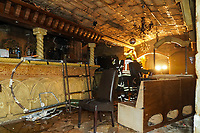 Von den Löscharbeiten beschädigter Gastraum, in dem die Decke heruntergeholt werden musste, wird von den Einsatzkräften kontrolliert - Büttelborn 17.03.2021: Brand in der Shisha-Bar Miami