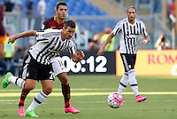 Calcio, Serie A: Roma vs Juventus. Roma, stadio Olimpico, 30 agosto 2015.<br /> Juventus' Simone Padoin, left, and Roma's Iago Falque fight for the ball during the Italian Serie A football match between Roma and Juventus at Rome's Olympic stadium, 30 August 2015.<br /> UPDATE IMAGES PRESS/Riccardo De Luca
