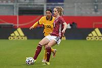 Kathrin Hendrich (Deutschland, Germany) gegen Sam Kerr (Australien, Australia) - 10.04.2021 Wiesbaden: Deutschland vs. Australien, BRITA Arena, Frauen, Freundschaftsspiel