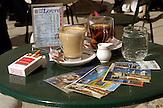 Tisch mit Getraenken, Postkarten und Zigaretten in einem Strassencafé in der Republik Kroatien / Coffee Table with drinks, postcards and cigarettes in a streetcafe in the Republic of Croatia / Republika Hrvatska