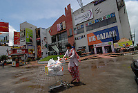 "Asien Suedasien Indien Westbengalen Megacity Kolkata Kalkutta, shopping mall und Supermarkt Big Bazaar - Wirtschaft Konsum Handel  xagndaz | .South asia India Westbengal Calcutta Kolkatta - shopping mall and supermarket Big Bazaar - economy consume trade .| [ copyright (c) Joerg Boethling / agenda , Veroeffentlichung nur gegen Honorar und Belegexemplar an / publication only with royalties and copy to:  agenda PG   Rothestr. 66   Germany D-22765 Hamburg   ph. ++49 40 391 907 14   e-mail: boethling@agenda-fototext.de   www.agenda-fototext.de   Bank: Hamburger Sparkasse  BLZ 200 505 50  Kto. 1281 120 178   IBAN: DE96 2005 0550 1281 1201 78   BIC: ""HASPDEHH"" ,  WEITERE MOTIVE ZU DIESEM THEMA SIND VORHANDEN!! MORE PICTURES ON THIS SUBJECT AVAILABLE!!  ] [#0,26,121#]"