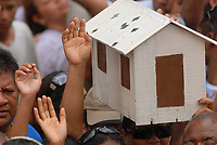 Após horas de caminhada promesseiros rezam durante a maior procissão religiosa do país, que este ano conforme estimativas foi acompanhada por mais de 1,5 milhão de fiéis.<br /> 12/10/2008<br /> Belém, Pará, Brasil.<br /> Foto Paulo Santos/Interfoto