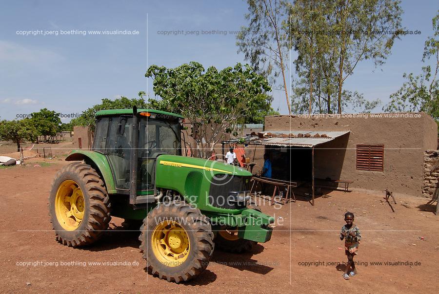 Afrika Westafrika Burkina Faso, Landwirtschaft, John Deere Traktor in einem Dorf   .Africa west-africa Burkina Faso, John Deere Tractor in village - agriculture
