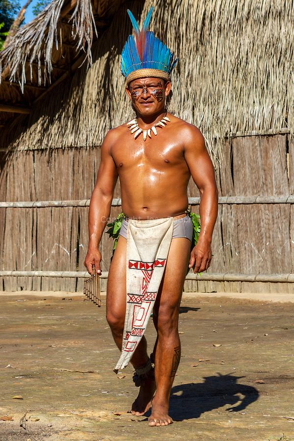 communauté amérindienne de  Aldeia Cipiá située à 30 km de Manaus.   Domingos, le chef ou «cacique»de cette tribu de 300 indiens d'origines ethniques différentes,. Vêtu de son habit traditionnel, Son corps est orné de peinture et de bijoux faits de graines et de plumes<br /> Croisière Jangada