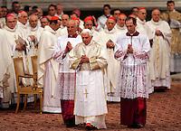 Papa Benedetto XVI celebra la cerimonia della Lavanda dei Piedi alla Basilica di San Giovanni in Laterano a Roma, 1 aprile 2010. .Pope Benedict XVI celebrates the feet-washing rite at St. John in Lateran's Basilica in Rome, 1 april 2010..UPDATE IMAGES PRESS/Riccardo De Luca