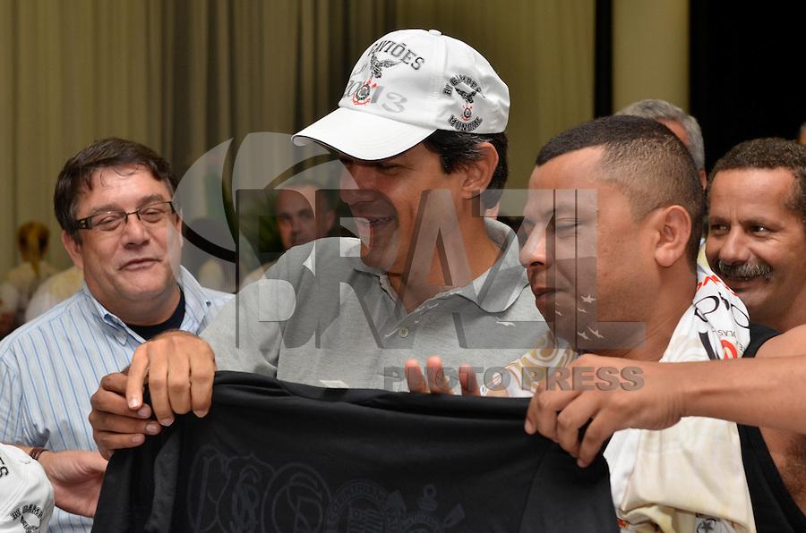 ATENÇÃO EDITOR: FOTO EMBARGADA PARA VEÍCULOS INTERNACIONAIS - SAO PAULO, SP, 19 JANEIRO DE 2013 - FEIJOADA VIP DA LIGA DAS ESCOLAS DE SAMBA DE SP: O prefeito Fernando Haddad participou na tarde deste sabado (19) de uma Feijoada Vip, promovida pela liga das escolas de samba de são paulo, realizada no hotel Holliday Inn, ao lado do Sambódromo do Anhembi em São Paulo. FOTO: LEVI BIANCO - BRAZIL PHOTO PRESS.