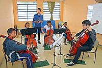 Aula de violoncelo no Centro das Crianças e Adolescentes da Prefeitura de Sao Paulo. Sao Paulo. 2015. Foto de Marcia Minillo.