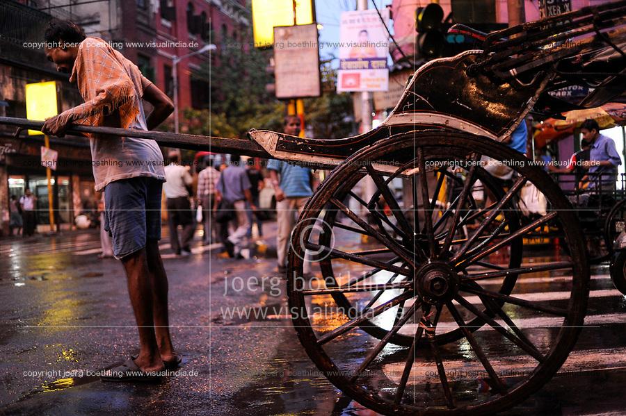 INDIA West Bengal, Kolkata, hand pulled rickshaw at night / INDIEN Westbengalen Kalkutta, Transportmittel Rikscha bei Nacht