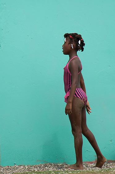 Niña con bañador rosa / Viento Frío, Panamá.<br /> <br /> Edición de 10   Víctor Santamaría.