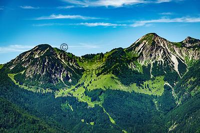 Deutschland, Bayern, Chiemgau, oberhalb von  Schleching: Gipfel Breitenstein (links) und Geigelstein (rechts) der Chiemgauer Alpen, am Wanderweg gegenueber ist die Wuhrsteinalm zu erkennen | Germany, Bavaria, Chiemgau, above Schleching: summits Breitenstein (left) and Geigelstein (right) of Chiemgau Alps, opposite visible alpine pasture hut 'Wuhrsteinalm'