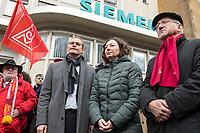 Mitarbeiter von Siemens in Berlin protestierten am Montag den 20. November 2017 vor dem Siemens-Turbinenwerk in Berlin-Moabit gegen die geplanten Entlassungen von ueber 300 Mitarbeitern.<br /> Im Anschluss an die Kundgebung vor dem Werkstor, an der auch den Regierende Buergermeister Michael Mueller (links) und die Wirtschaftssenatorin Ramona Pop Mitte) teilnahmen, bildeten die Sienemsarbeiter eine Menschenkette um ihr Werk. Rechts: Olivier Hoebel, Bezirksleiter der IG-Metall Berlin/Brandenburg.<br /> An Dem Protest beteiligten sich auch Siemensarbeiter aus anderen betroffenen Standorten in Berlin wie dem Dynamowerk.<br /> 20.11.2017, Berlin<br /> Copyright: Christian-Ditsch.de<br /> [Inhaltsveraendernde Manipulation des Fotos nur nach ausdruecklicher Genehmigung des Fotografen. Vereinbarungen ueber Abtretung von Persoenlichkeitsrechten/Model Release der abgebildeten Person/Personen liegen nicht vor. NO MODEL RELEASE! Nur fuer Redaktionelle Zwecke. Don't publish without copyright Christian-Ditsch.de, Veroeffentlichung nur mit Fotografennennung, sowie gegen Honorar, MwSt. und Beleg. Konto: I N G - D i B a, IBAN DE58500105175400192269, BIC INGDDEFFXXX, Kontakt: post@christian-ditsch.de<br /> Bei der Bearbeitung der Dateiinformationen darf die Urheberkennzeichnung in den EXIF- und  IPTC-Daten nicht entfernt werden, diese sind in digitalen Medien nach §95c UrhG rechtlich geschuetzt. Der Urhebervermerk wird gemaess §13 UrhG verlangt.]