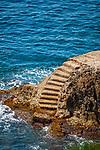 Frankreich, Provence-Alpes-Côte d'Azur, Roquebrune-Cap-Martin: ein Wanderweg fuehrt um die ganze Halbinsel Cap Martin und ueberall bieten sich Gelegenheiten zu Baden, hier ueber eine Steintreppe | France, Provence-Alpes-Côte d'Azur, Roquebrune-Cap-Martin: hiking trail around peninsula Cap Martin with access to water