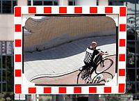 Nederland  Amsterdam - 2020.    Dode hoek spiegel op straat.  Foto : ANP/ Hollandse Hoogte / Berlinda van Dam