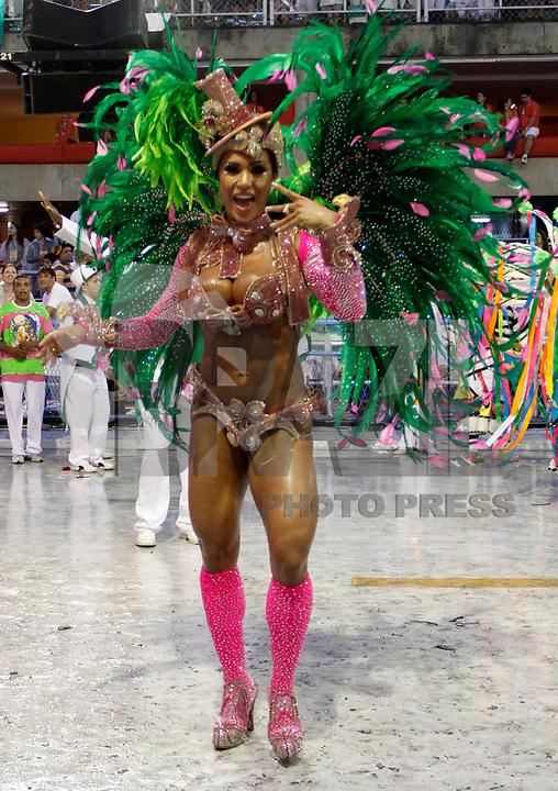 RIO DE JANEIRO, RJ, 07 DE MARÇO DE 2011 - CARNAVAL RJ - MANGUEIRA - A rainha da baterial da Mangueira Renata Santos no primeiro dia de Desfile das Escolas de Samba do Grupo Especial do Rio de Janeiro, na Marquês de Sapucaí (Sambódromo), no centro da cidade, na madrugada desta segunda-feira (7). (FOTO: WILLIAM VOLCOV / NEWS FREE).