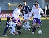 SWI Harelbeke - BS Poperinge ..Tom Claerbout (rechts) dribbelt zich tussen Vladan Devic (midden) en Morgan Lefebvre (links) door...foto VDB / BART VANDENBROUCKE
