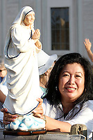 Una donna mostra una statuetta di Madre Teresa in Piazza San Pietro in occasione della messa celebrata da Papa Francesco per la sua canonizzazione, Citta' del Vaticano, 4 settembre 2016.<br /> A woman shows a statuette of Mother Teresa in St. Peter's Square during a mass celebrated by Pope Francis for her canonization, at the Vatican, 4 September 2016.<br /> <br /> UPDATE IMAGES PRESS/Isabella Bonotto<br /> <br /> STRICTLY ONLY FOR EDITORIAL USE