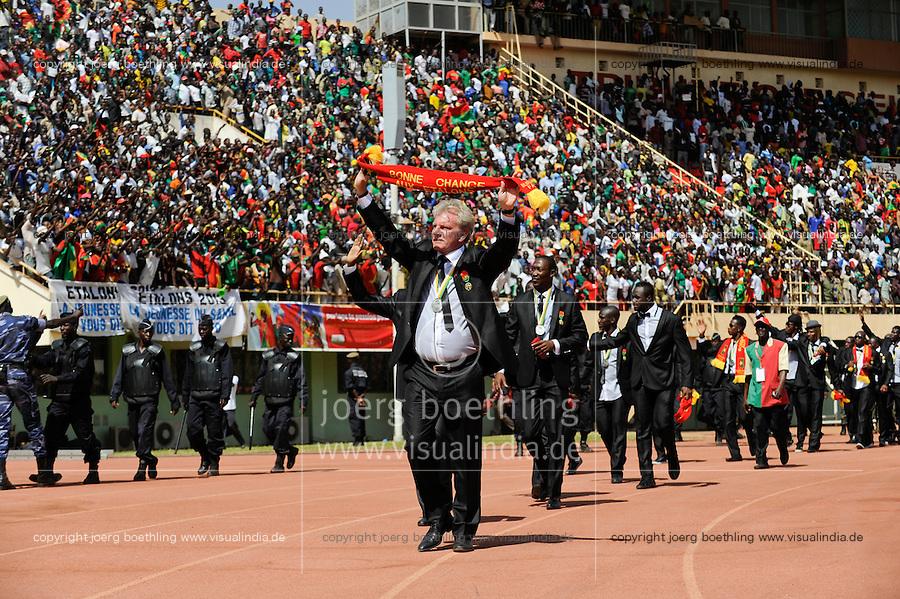 BURKINA FASO, soccer fans during reception of the national football team of Burkina Faso as 2nd placed winner of the Africa Cup 2013 in Stadium in Ouagadougou, coach Paul Put /.BURKINA FASO Ouagadougou, begeisterte fans empfangen die burkinische Fussball Nationalmannschaft als zweitplazierten des Afrika Cup 2013 im Stadium, Trainer Paul Put