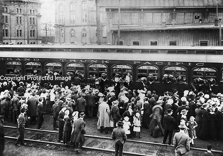 1914 (exact date unknown) - Troops leaving for World war I, Union Station. (Toronto, Canada)