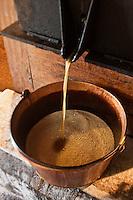 Europe/France/Aquitaine/24/Dordogne/Grand-Brassac: Moulin de Rochereuil  utilisé pour la fabrication de l'huile de noix -Thierry Mezurat-  La pâte de cerneaux chauffée est ensuite placée dans la presse, où sous la pression l' huile de noix coule lentement, et embaume de son parfum le moulin
