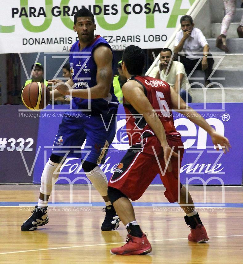CUCUTA  -COLOMBIA. 1-04-2014.Gray Chudney (Der) de Gurreros de Bogota disputa el balon con David Reyes (Izq) de Halcones de Cucuta. Juego de la Liga DirecTv 1  de baloncesto entre los conjuntos Halcones de Cucuta y Guerreros de Bogota disputado  en el coliseo Toto Hernandez ./ Chudney Gray (Der) of Guerrerso de Bogota  dispute the ball with David Reyes (L) of Halcones de Cucuta .Game 1 Liga DirecTv basketball game between Halcones de Cucuta  and Guerreros de Bogota  dispute in the coliseum Toto Hernandez. Photo: VizzorImage / Manuel Hernandez / Stringer