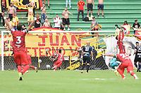 TUNJA - COLOMBIA, 23-10-2021: Cristian Barrios de Patriotas dispara para anotar el primer gol de su equipo durante partido por la fecha 15 de la Liga BetPlay DIMAYOR II 2021 entre Patriotas Boyacá F.C. y Deportivo Pereira jugado en el estadio La Independencia de la ciudad de Tunja. / Cristian Barrios of Patriotas shoots to score the first goal of his team during match for the date 15 of the BetPlay DIMAYOR League II 2021 between Patriotas Boyaca F.C. and Deportivo Pereira played at La Independencia stadium in Tunja city. Photo: VizzorImage / Macgiver Baron / Cont