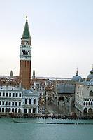 Blick auf den Markusplatz und den Uhrenturm - 26.11.2017: Hafeneinfahrt Venedig mit der Costa Deliziosa