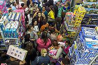 SÃO PAULO,SP, 06.10.2015 - COMÉRCIO-SP - Movimentação de clientes a procura de presentes para o Dia das Crianças na região da rua 25 de Março, área de comércio popular no centro de São Paulo, nesta terça-feira (06). (Foto: Renato Mendes/Brazil Photo Press)