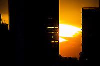 SÃO PAULO, SP, 30.06.2016 - CLIMA-SP - Por do sol visto a partir da região central de São Paulo nesta quinta-feira, 30. (Foto: Adailton Damasceno/Brazil Photo Press)