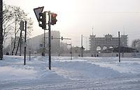 Schneemassen fielen in der Nacht vom Heiligabend zum 1. Weihnachtstag auf Leipzig nieder - Verwehungen machten einige Straßen unpassierbar - der Straßenbahnverkehr musste komplett eingestellt werden - auf dem Augustusplatz steckten am 1. Weihnachtsfeiertag mittags auf dem Weg ins Depot auf dem Augustusplatz fest - die Schienenkreuzungen waren vereist - im Bild: verwaiste Straßenbahn haltestelle Prager Straße / Gutenbergplatz - Idylle / Feature / herrlich / Sonne  . Foto: Norman Rembarz ..Credits:.Norman Rembarz , Autorennummer 41043728 , Augustenstr. 2, 04317 Leipzig, Tel.: 01794887569, Hypovereinsbank: BLZ: 86020086, KN: 357889472, St.Nr.: 231/261/06432 - Jegliche kommerzielle Nutzung ist honorar- und mehrwertsteuerpflichtig! Persönlichkeitsrechte sind zu wahren. Es wird keine Haftung übernommen bei Verletzung von Rechten Dritter. Autoren-Nennung gem. §13 UrhGes. wird verlangt. Weitergabe an Dritte nur nach  vorheriger Absprache..Online Nutzung ist seperat kostenpflichtig !!!!