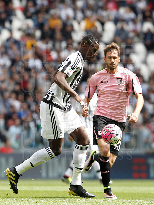 Calcio, Serie A: Juventus vs Palermo. Torino, Juventus Stadium, 17 aprile 2016.<br /> Juventus' Paul Pogba, left, is challenged by Palermo's Franco Vazquez during the Italian Serie A football match between Juventus and Palermo at Turin's Juventus Stadium, 17 April 2016.<br /> UPDATE IMAGES PRESS/Isabella Bonotto