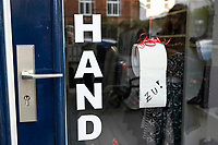 GERMANY, Hamburg, Corona Virus, COVID-19 , closed shops to avoid infection / geschlossener Laden zur Vermeidung von Infektionen durch das Corona Virus, Toilettenpapierrolle mit Aufschrift ZU