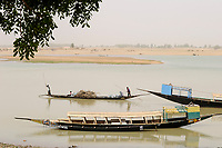 MALI, Mopti, pinnace boats on river Niger, transport of bags with charcoal to the market / MALI, Mopti, Pinasse auf dem Fluss Niger