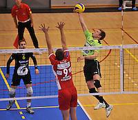 Volley Team Menen - Hotvolleys Wenen : Anshel Ver Eecke (rechts) met de poging over Holly (9)<br /> foto VDB / Bart Vandenbroucke