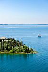 Italy, Veneto, Lake Garda, near Garda, Punta San Vigilio: headland with Locanda San Vigilio | Italien, Venetien, Gardasee, bei Garda: Punta San Vigilio, Landzunge mit der Locanda San Vigilio