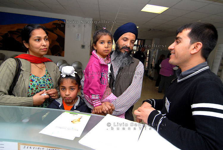Parma / Italia - Mediatore culturale dell'Onlus CIAC assiste un gruppo di rifugiati che necessitano di cure mediche presso gli sportelli dell'ASL di Parma.<br /> Foto Livio Senigalliesi
