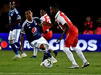 BOGOTÁ - COLOMBIA, 15-01-2019: Carlos Arboleda (Der.) jugador de Independiente Santa Fe disputa el balón con David Macalister Silva (Izq.) jugador de Millonarios, durante partido entre Independiente Santa Fe y Millonarios, por el Torneo Fox Sports 2019, jugado en el estadio Nemesio Camacho El Campin de la ciudad de Bogotá. / Carlos Arboleda (R) player of Independiente Santa Fe vies for the ball with David Macalister Silva (L) player of Millonarios during a match between Independiente Santa Fe and Millonarios, for the Fox Sports Tournament 2019, played at the Nemesio Camacho El Campin stadium in the city of Bogota. Photo: VizzorImage / Luis Ramírez / Staff.