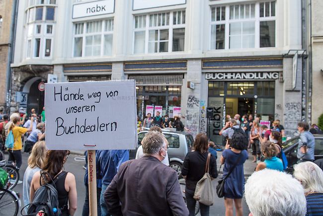 """Die Buchhandlung Kisch & Co in Berlin-Kreuzberg soll nach 23 Jahren schliessen.<br /> Der Luxemburger Fonds """"Victoria Immo Properties V S.a.r.l."""" der TetraPak Milliardenerbinnen Rausing hatte 2017 das Haus in der Oranienstrasse 25 gekauft und zwei Jahre spaeter den Mietern Mieterhoehungen angekuendigt, die fuer diese nicht bezahlbar sind. So muessen neben der alteingesessenen Buchhandlung auch ein Museum, die neue Gesellschaft fuer bildende Kunst e.V. mit ihrer Galerie, das Werkbundarchiv, ein Architekturbuero und ein Jogastudio ihre Raeumlichkeiten verlassen.<br /> Im Bild: Eine Protestkundgebung vor der Oranienstrasse 25 am 24. Juni 2020.<br /> 24.6.2020, Berlin<br /> Copyright: Christian-Ditsch.de<br /> NUR FUER REDAKTIONELLE ZWECKE! Werbung nur auf Anfrage beim Fotografen. [Inhaltsveraendernde Manipulation des Fotos nur nach ausdruecklicher Genehmigung des Fotografen. Vereinbarungen ueber Abtretung von Persoenlichkeitsrechten/Model Release der abgebildeten Person/Personen liegen nicht vor. NO MODEL RELEASE! Don't publish without copyright Christian-Ditsch.de, Veroeffentlichung nur mit Fotografennennung, sowie gegen Honorar, MwSt. und Beleg. Konto: I N G - D i B a, IBAN DE58500105175400192269, BIC INGDDEFFXXX, Kontakt: post@christian-ditsch.de<br /> Bei der Bearbeitung der Dateiinformationen darf die Urheberkennzeichnung in den EXIF- und  IPTC-Daten nicht entfernt werden, diese sind in digitalen Medien nach §95c UrhG rechtlich geschuetzt. Der Urhebervermerk wird gemaess §13 UrhG verlangt.]"""