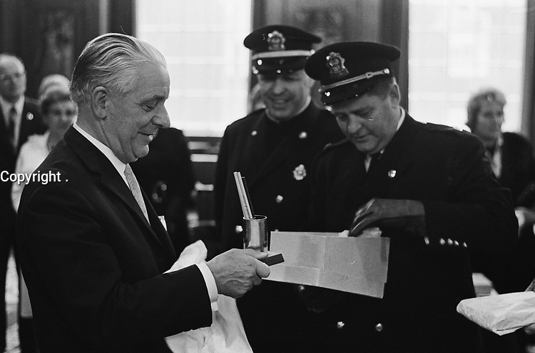 Des pompiers de Montreal, CANADA en demonstration 24 septembre 1963 en Hollande.<br /> <br /> Montreal (Canada) Fire Department at City Hall in HOLLAND<br /> <br /> Date September 24, 1963<br /> <br /> Photographer Gelderen, Hugo van / Anefo