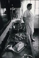 Europe/France/Midi-Pyrénées/12/Aveyron/Aubrac : Dans la cuisine d'un restaurant tous les ingrédients pour préparer l'aligot, tomme fraiche de Laguiole, pommes de terre, crème, ail
