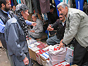 Iran 2004.Sanandaj: les vendeurs de cigarettes.  <br /> Iran 2004 Sanandaj: selling cigarettes<br /> .ئیران سالی 2004 سنه ، جغاره فروشه کان