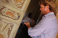 Manutenzione della villa. Maintenance of villa...Villa Grazioli è un raffinato albergo della catena internazionale Relais & Chateaux..Fu costruita dal Cardinale Antonio Carafa nel 1580 e racchiude tra le sue mura opere d'arte dei maestri del XVI e XVII secolo, Ciampelli, Carracci e G.P. Pannini. .Villa Grazioli is a sophisticated international hotel chain Relais & Chateaux. .It was built by Cardinal Antonio Carafa in 1580 and contains works of art of the sixteenth and seventeenth century, of Ciampelli, Carracci and GP Pannini....