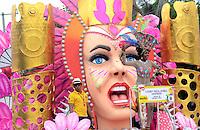 BARRANQUIILLA -COLOMBIA-15-FEBRERO-2015. La Batalla de Flores arranco en forma majestuosa, presidida por la Reina Cristina Felfle y el Rey Momo Carlos Cervantes.Carnaval de Barranquilla/  The Battle of Flowers boot majestically, chaired by Cristina Felfle Queen and  Carlos Cervantes King Momo .Carnaval of Barranquilla .Photo:VizzoImage / Alfonso Cervantes / Stringer
