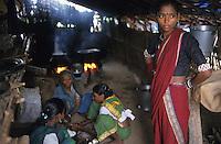 INDIA, adivasi woman in village Domkhedi which will be affected by Narmada dam Sardar Sarovar / INDIEN Adivasi Frauen, die indischen Ureinwohner , im Dorf Domkhedi am Fluss Narmada, das durch den Sardar Sarovar Staudamm ueberschwemmt werden wird