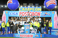 BOGOTA - COLOMBIA-17-07-2013: Los jugadores del Atletico Nacional celebran el titulo durante partido en el estadio Nemesio Camacho El Campin de la ciudad de Bogota, julio 17 de 2013. Atletico Nacional gano el partido de vuelta por la final de la Liga Postobon I y se corono campeón  (Foto: VizzorImage / Nestor Silva / Cont.). The players of Atletico Nacional, celebrate the title during game in the Nemesio Camacho El Campin stadium in Bogota City, July 17, 2013. Atletico Nacional won the second leg of the final of the Postobon League I and was crowned champion (Photo: VizzorImage / Nestor Silva / Cont.).