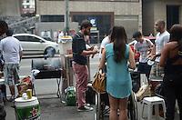 """SAO PAULO, 23 DE MARCO DE 2013 - CHURRAS DO CONCLAVE ANEVIDA PAULISTA - Grupo faz churrasco na Avenida Paulista, denominado """"Churras do Conclave: de fumaça branca a gente entende?,  inspirado na eleição que escolheu o novo papa, Francisco, próximo ao MASP, na tarde deste sábado, 23.  O grupo espera reunir mais de 200 pessoas em torno da churrasqueira, que fica posicionada ao lado de uma lixeira na esquina da Avenida Paulista com a Alameda Casa Branca. (FOTO: ALEXANDRE MOREIRA / BRAZIL PHOTO PRESS)"""
