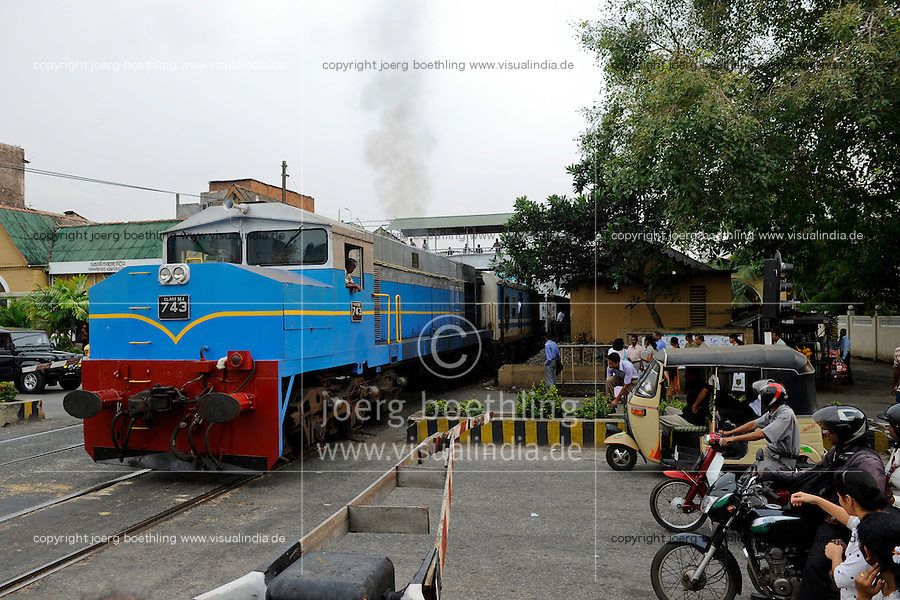 SRI LANKA Colombo, packed train of Sri Lanka railways